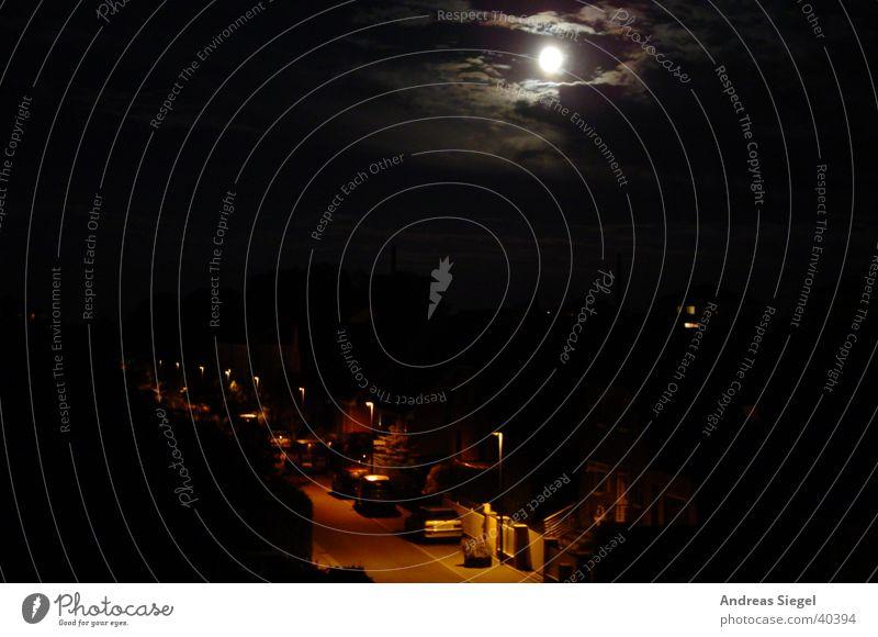 Dunkel war's - der Mond schien helle Nacht Laterne Wohngebiet Haus Wolken Licht schwarz Wildau Himmelskörper & Weltall Langzeitbelichtung Straße Abend
