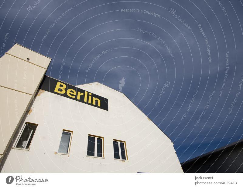 Haus Berlin in Berlin Fassade Friedrichshain Architektur Fenster Typographie grauer Himmel Sonnenlicht Weitwinkel Gewerbebau