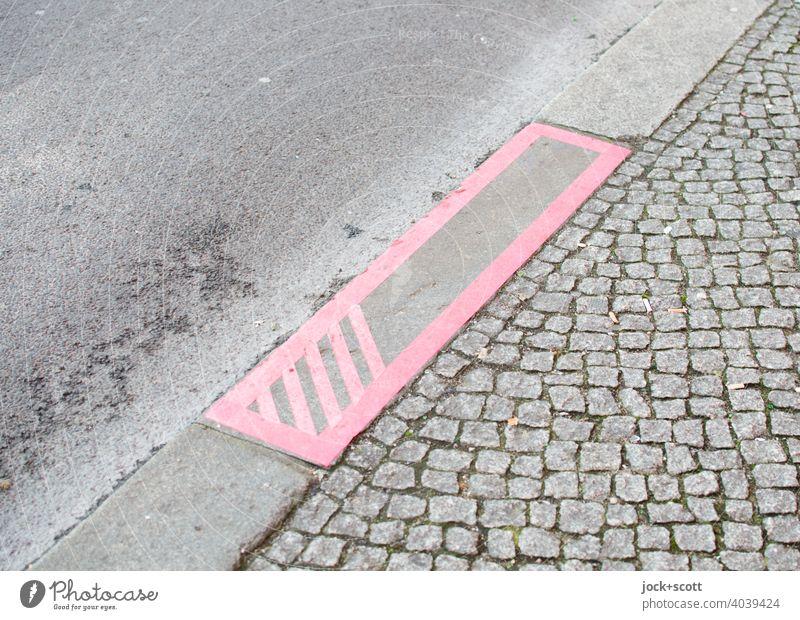 Formen von Kunst im öffentlichen Raum Bürgersteig Straße Detailaufnahme Asphalt Kopfsteinpflaster grau Berlin Straßenkunst Bordsteinkante klebestreifen