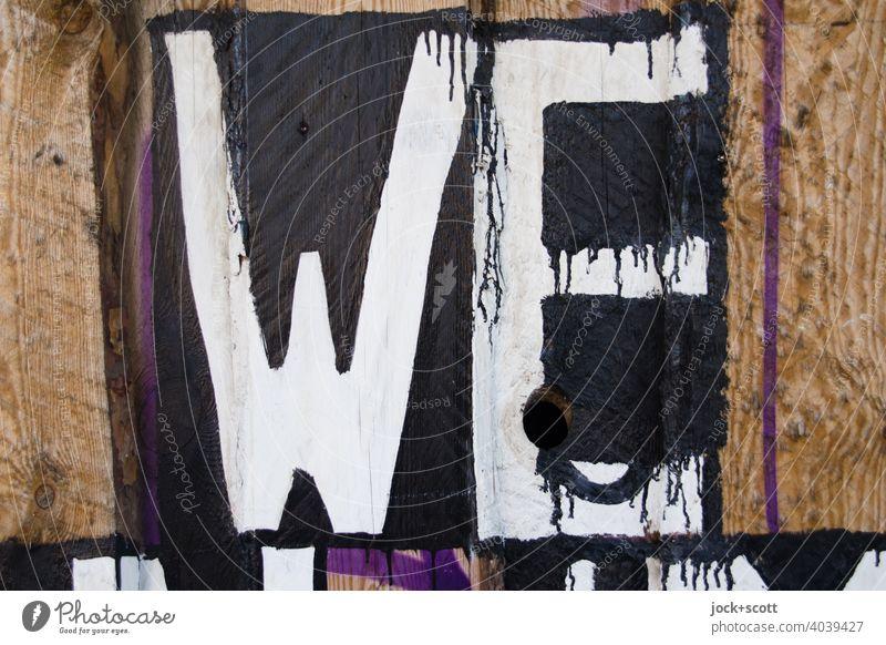 Nur WE Kreativität Straßenkunst Wort Graffiti Berlin Großbuchstabe Englisch Farbverlauf Wir Detailaufnahme Schablonenschrift Oberfläche Holzzaun Subkultur
