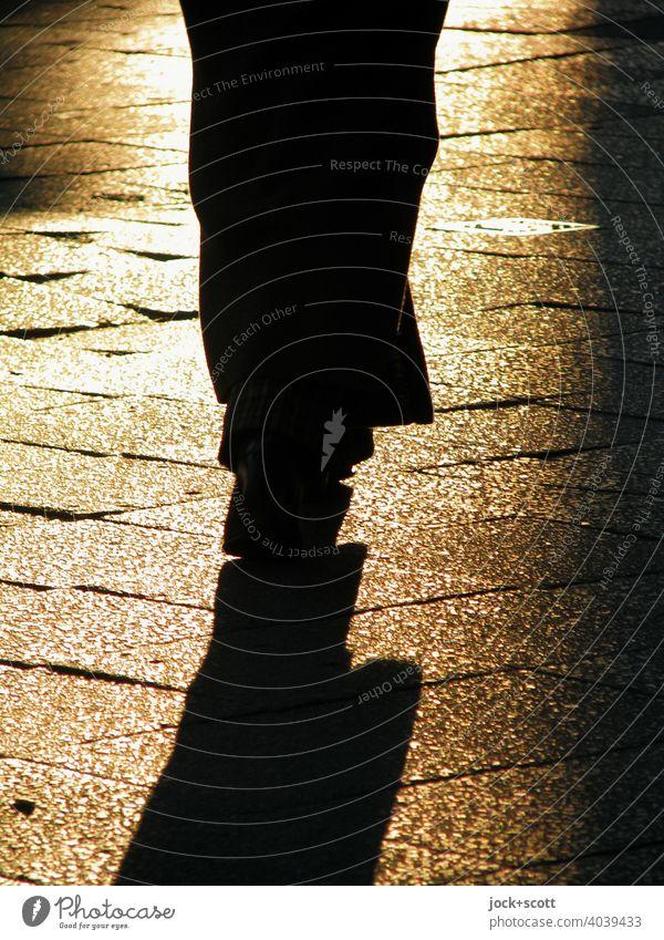2800 Schritte auf Strecke nicht ganz eben Silhouette dunkel Kontrast Mensch Bürgersteig Abendlicht Sonnenlicht Schattenspiel Gegenlicht Fußgänger Bodenplatten