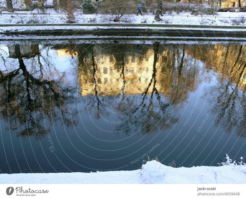 Der winterliche Landwehrkanal spiegelt Licht und Formen Winter Schnee Sonnenlicht Reflexion & Spiegelung Natur Berlin Wasseroberfläche Lichterscheinung