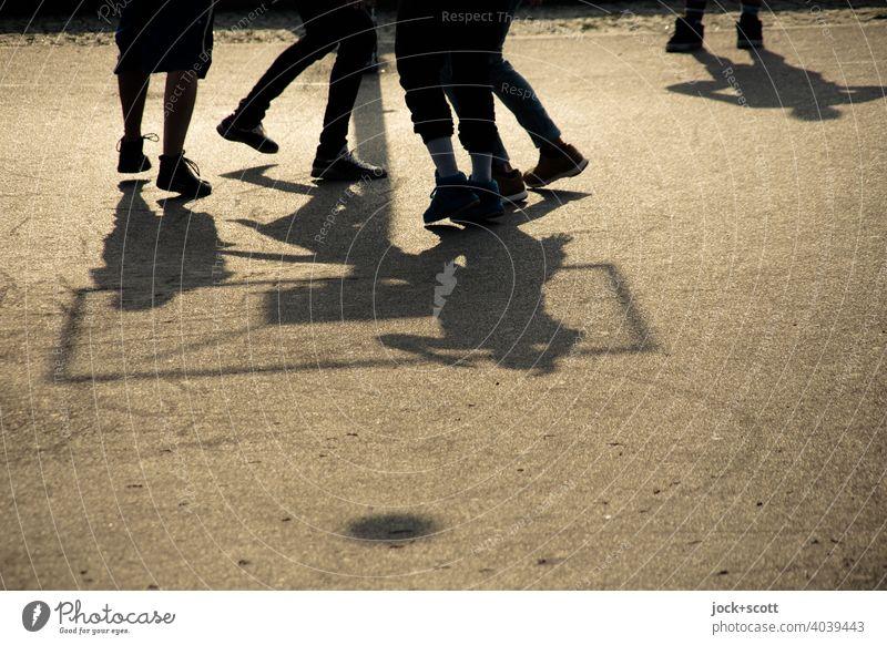 Basketball im Schattenspiel Basketballplatz Asphalt Freizeit & Hobby Sonnenlicht Mauerpark Prenzlauer Berg werfen Silhouette Hintergrund neutral Bewegung