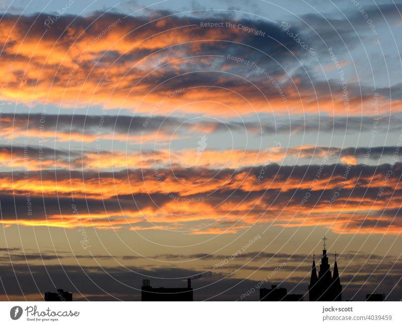 dramatische Wolken und Sonnenuntergangsstimmung mit einer Kirche rechts unten Sonnenlicht Panorama (Aussicht) Wolkenhimmel Lichtspiel Inspiration Naturphänomene