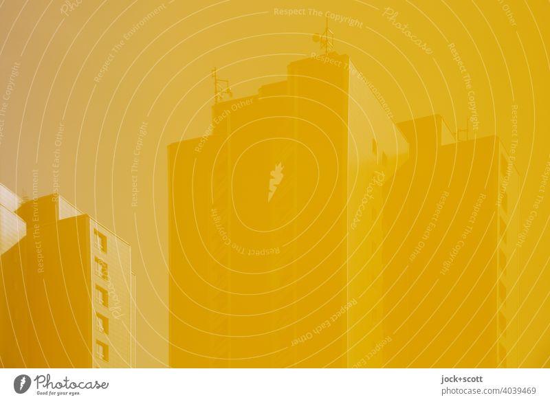 Himmel gelb, Sendemasten gelb, Plattenbau gelb Marzahn Berlin anders Reflexion & Spiegelung Fassade einfarbig trist Sonnenlicht Wohnhochhaus Architektur