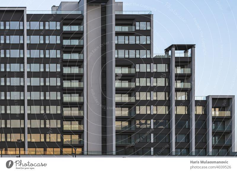 neue moderne Gebäude in Sonnenuntergang, Fenster Reflexion Appartement Architektur Hintergrund Balkone blau Business Großstadt Stadtbild komplex Konstruktion