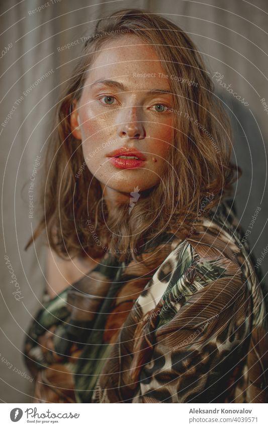 Junge rothaarige Frau Porträt mit roten Lippen und rosigen Wangen Blick in die Kamera Schönheit orange Behaarung Sommersprossen nackt Junge Frau Blume Beeren