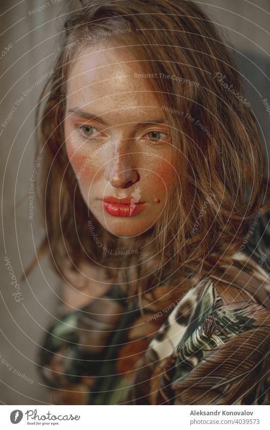 Junge rothaarige Frau Porträt mit roten Lippen und rosigen Wangen Schönheit orange Behaarung Sommersprossen nackt Junge Frau Blume Beeren Körper Haut Mantel