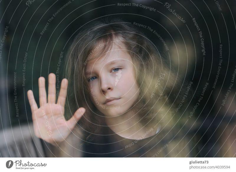 Trauriger Junge am Fenster, symbolisch für die Isolation von Kindern während der Corona Pandemie I corona thoughts Farbfoto abstand halten Mensch Vorderansicht