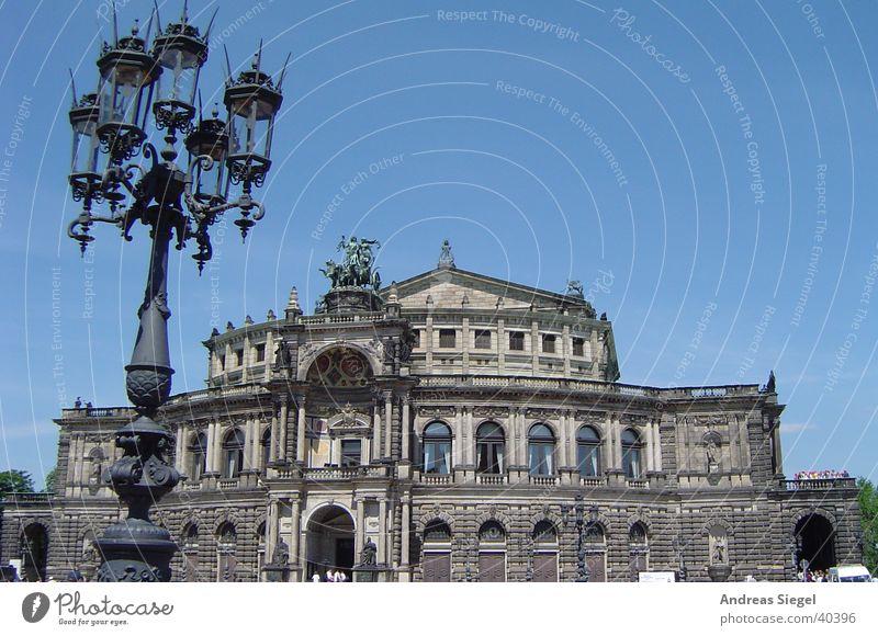 Semperoper Dresden Architektur Platz Kultur Konzert Laterne Theater historisch Blauer Himmel Oper Barock Altstadt