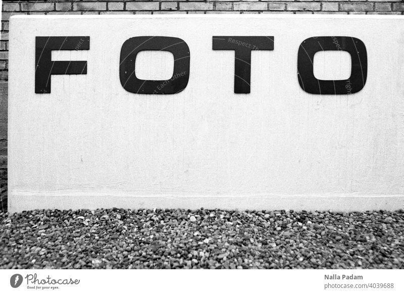 Foto (museum) analog Analogfoto sw Schwarzweißfoto Schrift Mauer Wand Beton Eingang Fotomuseum grau schwarz Außenaufnahme menschenleer Ausstellung
