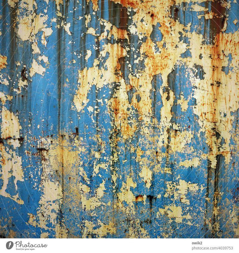Strange Brew blau trashig Farbfoto Menschenleer Strukturen & Formen Außenaufnahme Detailaufnahme abstrakt bizarr Zerstörung dreckig verfallen Schaden mehrfarbig