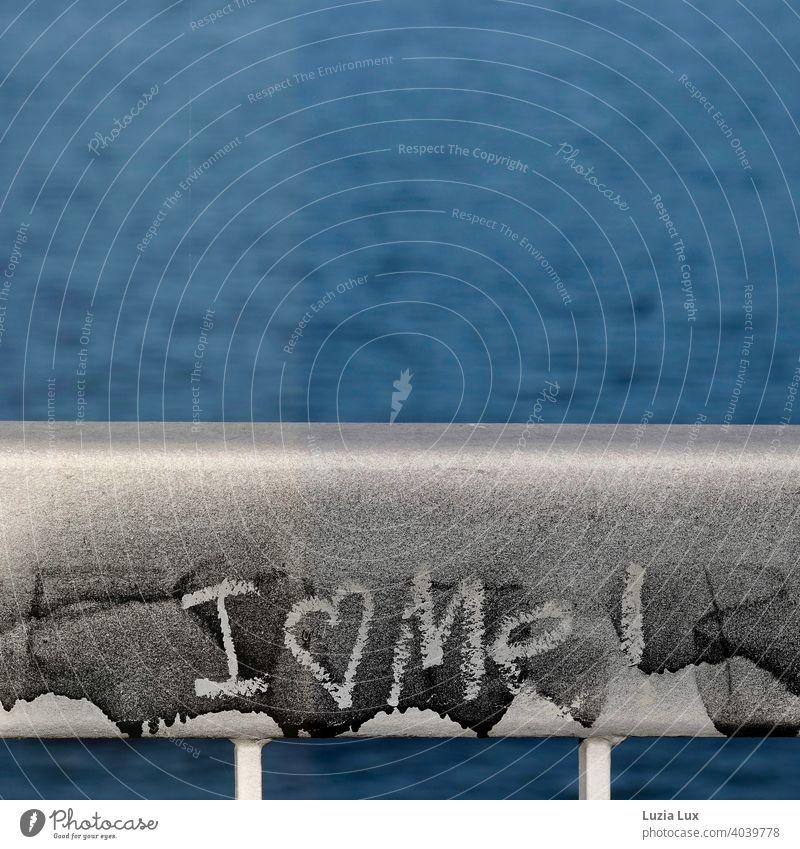 Liebeserklärung einer/eines Unbekannten an sich selbst vor blauem Wasser Graffiti graffity Herz Herzchen Brückengeländer Fluss Blauer Himmel hell sonnig