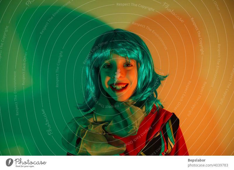 Porträt eines kleinen Glamour-Mädchens mit bunter Perücke Mode Kinder Kindheit Club Party ashionable bezaubernd Disco Lächeln Lifestyle Tänzer Tanzen Nachtleben