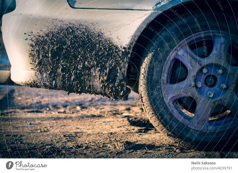 Schmutz auf weißem Auto, verschmutzte Schotterstraßen wegen Tauwetter im Frühjahr schmutziges Auto Autowäsche abstrakt Asphalt Automobil Hintergrund schwarz