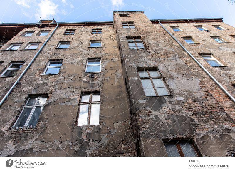 Blick nach oben / Hinterhof Berlin Prenzlauer Berg Altbau unsaniert Menschenleer Stadt Stadtzentrum Hauptstadt Altstadt Haus Außenaufnahme Tag Gebäude Fassade