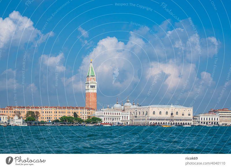 Blick auf historische Gebäude in Venedig, Italien Markusturm Dogenpalast Palazzo Ducale Campanile di San Marco Urlaub Reise Stadt Architektur Barock Haus alt