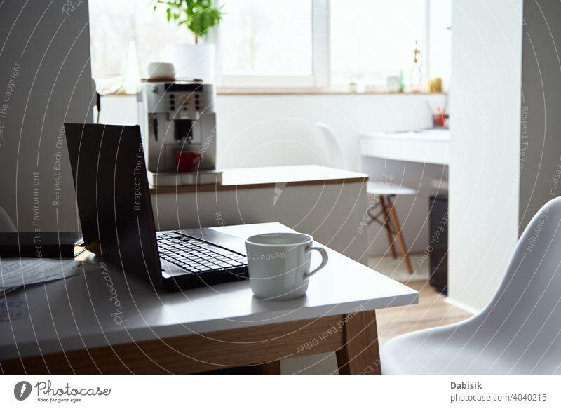 Freiberufler Arbeitsplatz zu Hause. Laptop auf dem Tisch im Büro Interieur. Online-Job und Remote-Arbeit. online Business freiberuflich Notebook Computer Idee