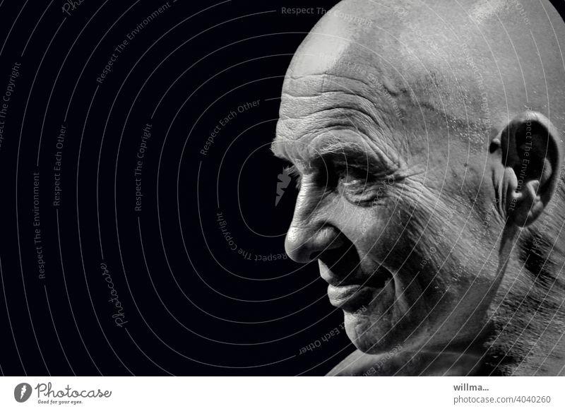 Porträt eines Mannes mit Glatze Gesicht männlich Profil sw Glatzkopf lächeln Ausgeglichenheit charismatisch interessant Lächeln Kopf Erwachsener positiv