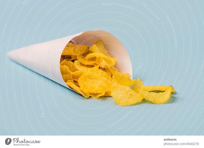 Papiertüte mit leckerem Kartoffel-Knusperchip Kartoffelchip Kartoffel-Knusper-Chip Mahlzeit Kartoffelchips nahrhaft Nährstoff Gemüse Veganer Essen Lifestyle
