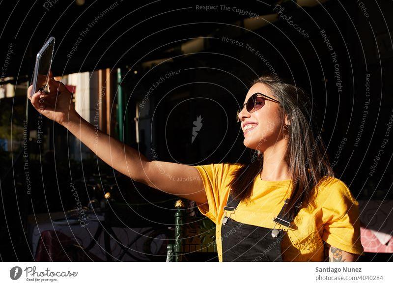 Teenager-Mädchen nimmt Selfie in der Cafeteria. Madrid jung Lifestyle schön Spaß Glück Freizeit Frau Lächeln heiter Jugend Großstadt hübsch im Freien Café