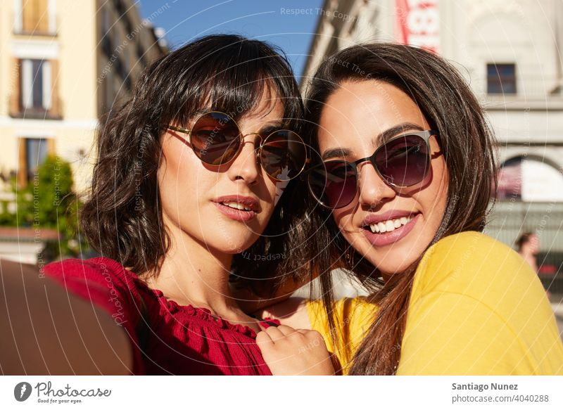 Selfie von zwei Teenager-Mädchen. Madrid jung Menschen Freundschaft Freunde Lifestyle schön Spaß Glück Zusammensein Freizeit Frau Lächeln Jugendliche heiter