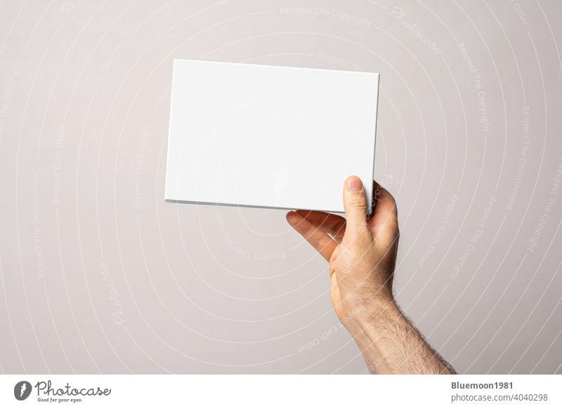 Eine männliche Hand, die eine harte Box hält Attrappe editierbar Wandel & Veränderung Kisten Kasten Schachtel Design blanko 3d rechteckig Konzept Produkt