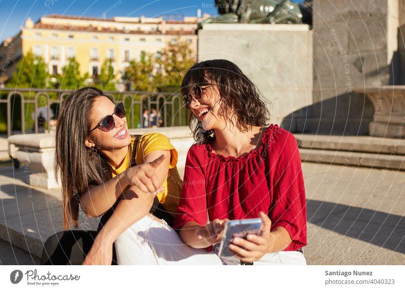 Zwei Teenager-Mädchen sitzen und lachen Madrid jung Menschen Freundschaft Freunde Lifestyle schön Spaß Glück Zusammensein Freizeit Frau Lächeln Jugendliche