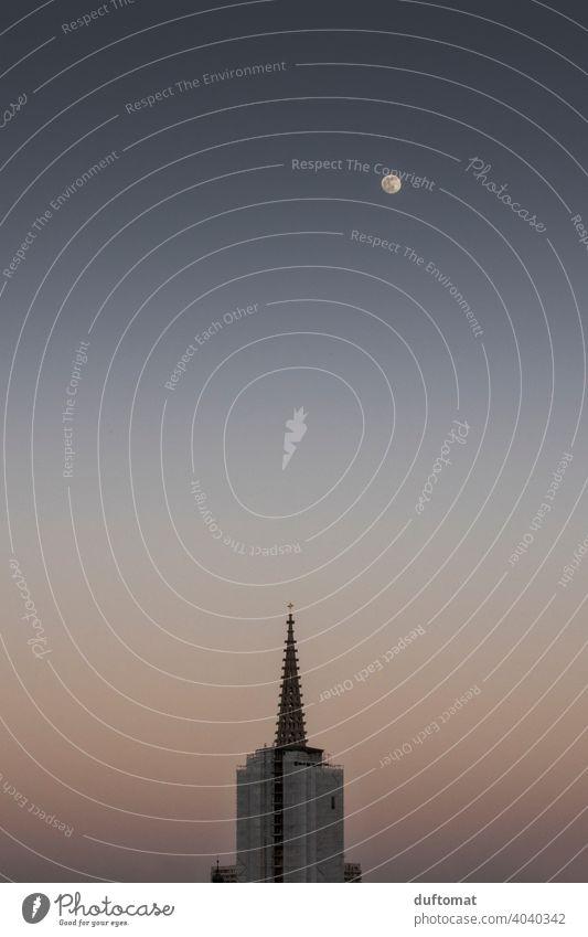 Moonrise über Kirchturm in sanften Tönen Mond Nacht Himmel Vollmond Nachthimmel Menschenleer Mondschein Außenaufnahme Stimmung Landschaft Silhouette