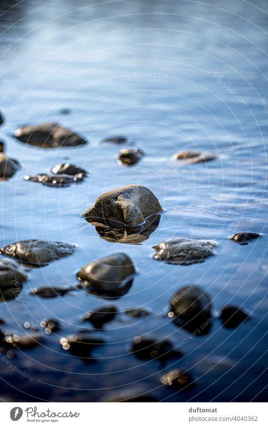 Steine die im Wasser liegen Natur Landschaft Fluß Bach fließen Wasserfall Außenaufnahme Umwelt nass Spiegelung Tag Fluss Urelemente natürlich Flussufer Kiesel