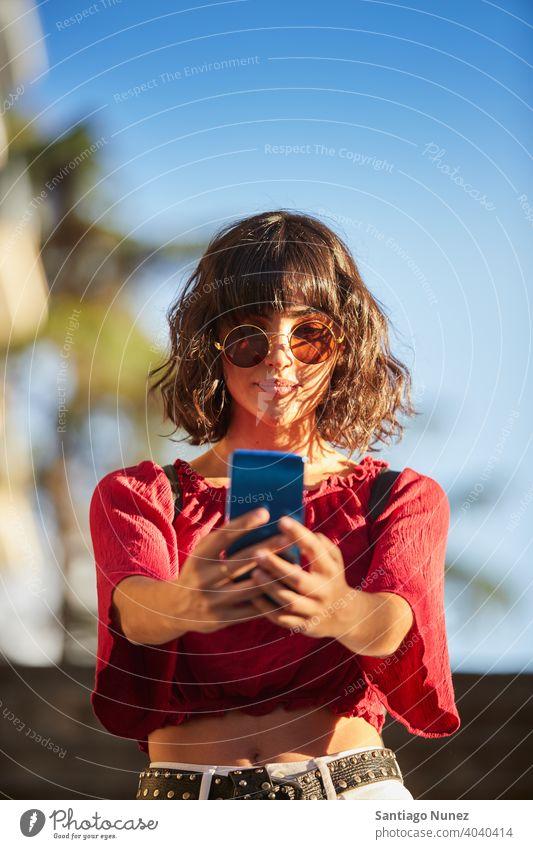 Teenager-Mädchen, das ein Selfie macht. Madrid jung Menschen Freundschaft Freunde Lifestyle schön Spaß Glück Zusammensein Freizeit Frau Lächeln Jugendliche