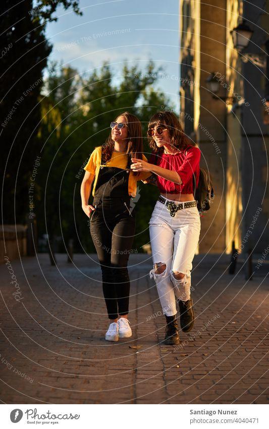 Zwei Teenager-Mädchen gehen die Straße entlang. Madrid jung Menschen Freundschaft Freunde Lifestyle schön Spaß Glück Zusammensein Freizeit Frau Lächeln