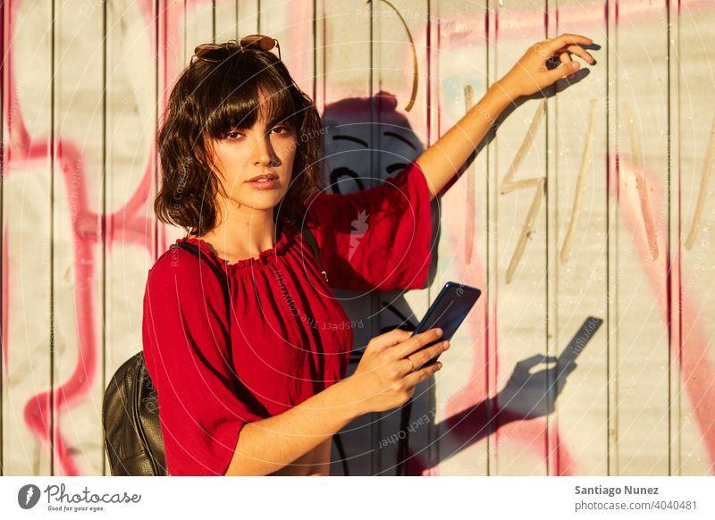 Porträt eines Teenager-Mädchens, das in die Kamera schaut. Madrid jung Lifestyle schön Spaß Glück Freizeit Frau Lächeln heiter Jugend Großstadt hübsch im Freien