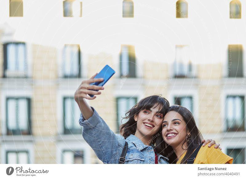 Zwei Teenager-Mädchen machen ein Selfie. Madrid jung Menschen Freundschaft Freunde Lifestyle schön Spaß Glück Zusammensein Freizeit Frau Lächeln Jugendliche