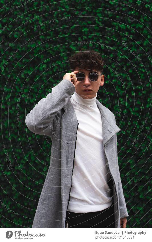 Junger Geschäftsmann beim Spaziergang in der Stadt. modisch photogen Anzug Gesicht Hintergrund Atelier Behaarung posierend elegant Erwachsener Porträt Mann