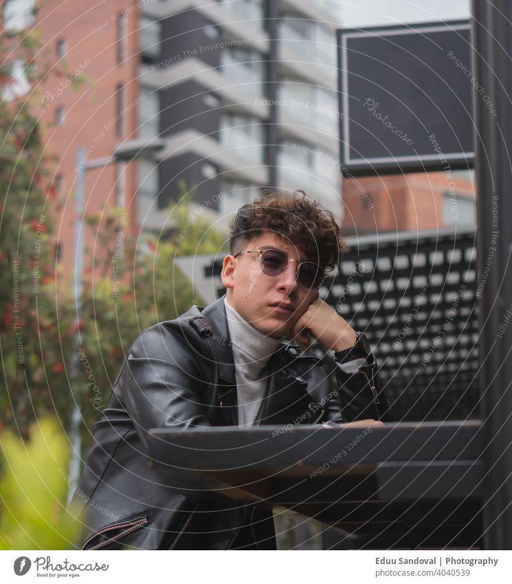 Junger Mann verbringt einige Zeit in der Stadt. modisch photogen Anzug Gesicht Hintergrund Atelier Behaarung posierend elegant Erwachsener Porträt Kaukasier