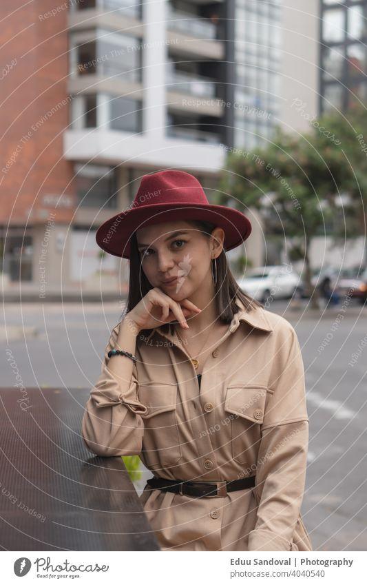 Junges Mädchen, das einen schönen Nachmittag in der Stadt genießt. Freizeitkleidung trinken Frau Heißgetränk Tasse Porträt Kaukasier attraktiv Computer Lächeln