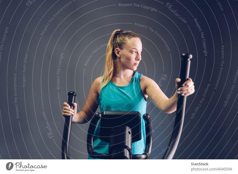 Frau Übung Elliptical Cardio laufen Training im Fitnessstudio Ausdauer Menschen Körper elliptisch Trainerin Kraft Laufband sportlich Sport Maschine Gesundheit
