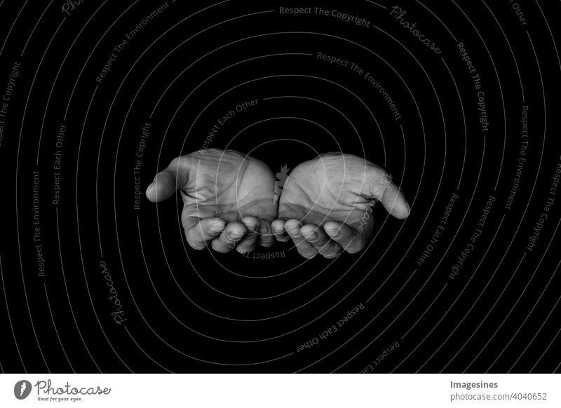 Geöffnete männliche Hände auf einem dunklen Hintergrund leer fragend Hand zeigen Betend Glauben Religion Gott Kraft Hoffnung Liebe Hingabe Menschen