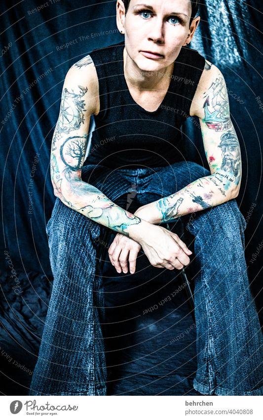wenns zu viel ist! Tätowierung Kunst Kontrast Porträt intensiv Traurigkeit Haut Haare & Frisuren nachdenklich Schmerz Tattoo Verzweiflung Frau Körper sorgen