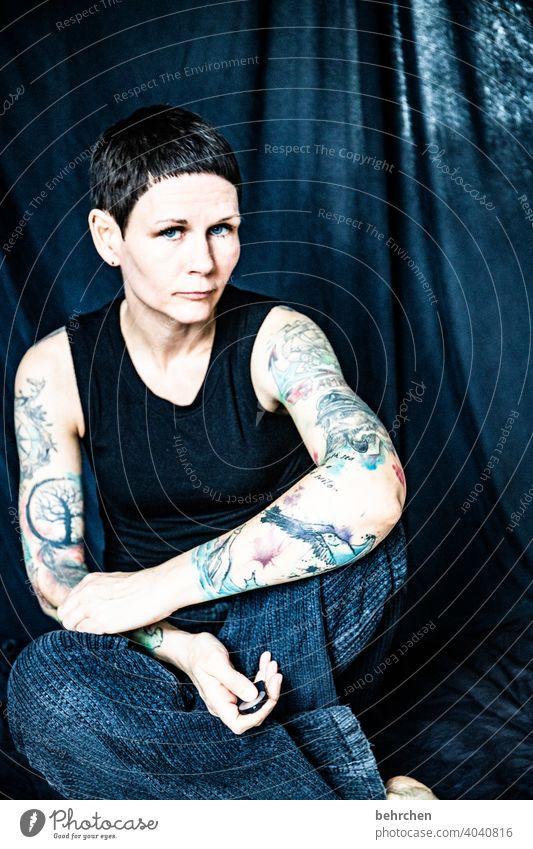 flörti Porträt Kontrast intensiv schön Kraft Mut ästhetisch sexy Frau Erwachsene Haut außergewöhnlich nachdenklich Selfie Tattoo Oberkörper Nahaufnahme