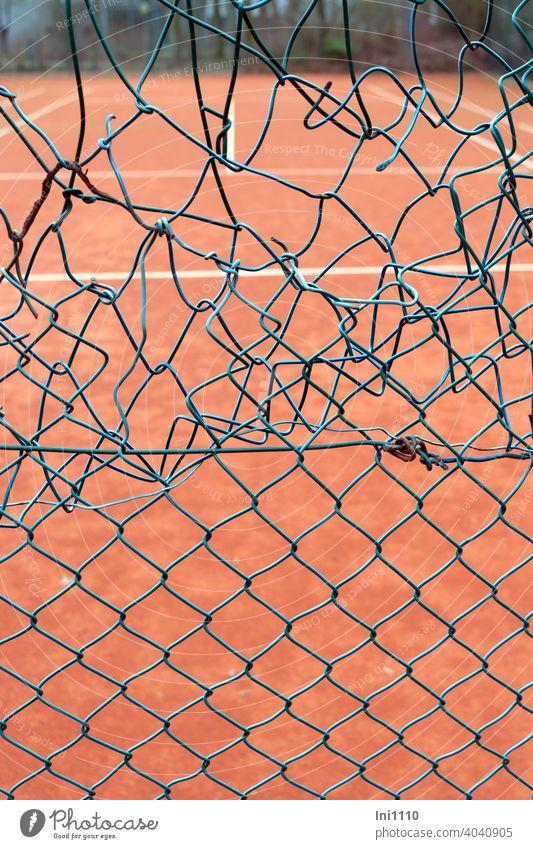 Tennisplatz unprofessionelle Reparatur am Maschendrahtzaun Maschendrath maschendrahtschaden notdürftig repariert grün türkis Spielfeld Loch Schaden unschön