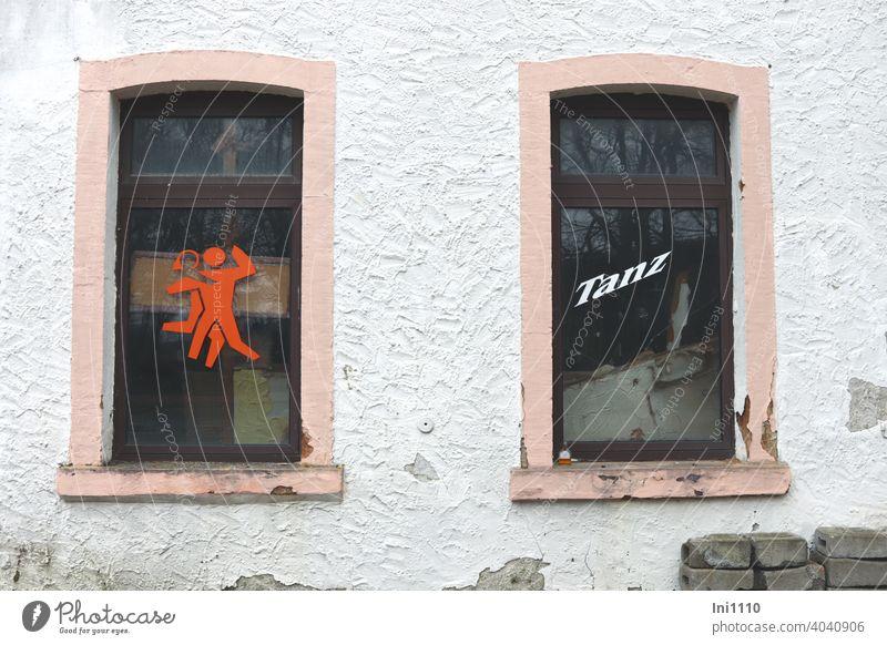 Tanztee-mit-Life-Musik ... Fenster baufällig heruntergekommen Sticker Fensterscheiben Gerümpel Fassade abblättern Gebäude Pflastersteine Spiegelung Werbung