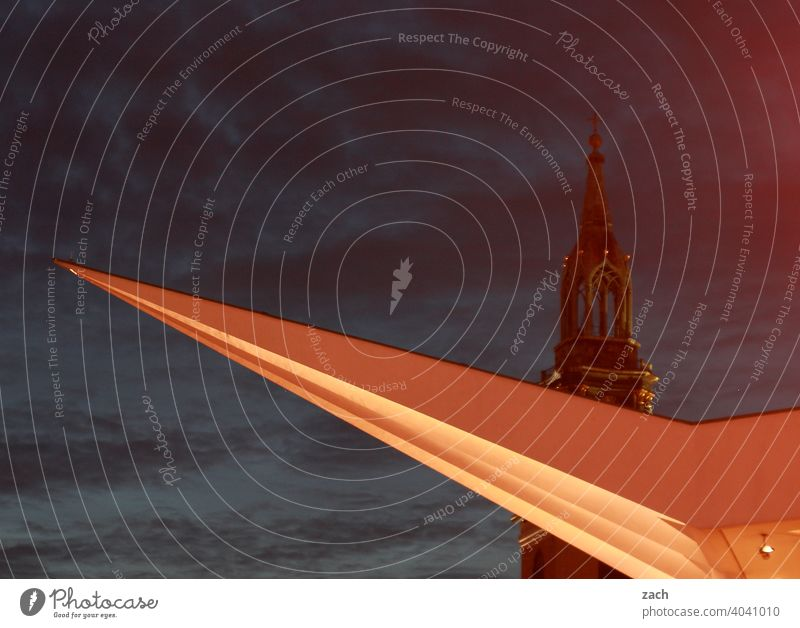 Mitternachtsspitzen Froschperspektive Dreieck groß hoch Tourismus Sehenswürdigkeit Stadtzentrum verstecken Langzeitbelichtung Nacht Hauptstadt Himmel Berlin