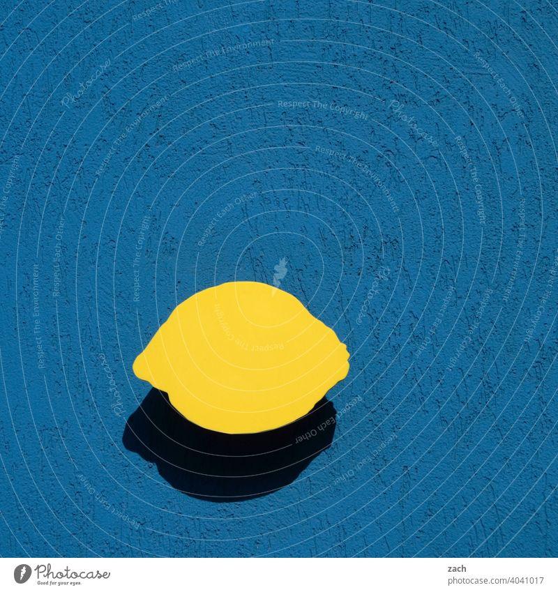konform | EU-Zitronenverordnung Wand Fassade gelb blau Mauer Frucht fruchtig Zitrusfrüchte sauer frisch Vitamin C zitronengelb Lebensmittel Gesundheit Ernährung