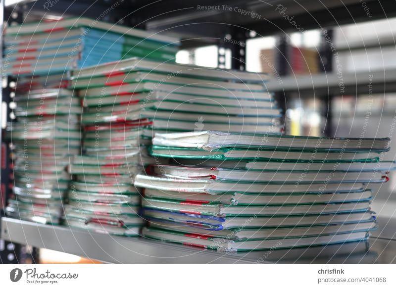Bücher gestapelt in Regal buch bücher regal lesen schule unterricht Bildung lernen Studium Bibliothek Weisheit grundschule Gymnasium HAuptschule Realschule