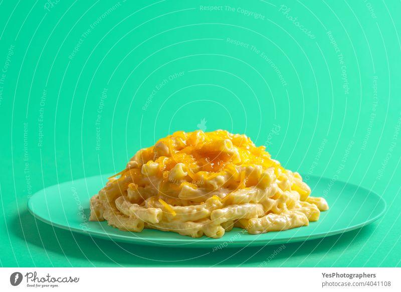 Makkaroni und Käse auf einem grünen Teller, Nahaufnahme. Makkaroni mit Cheddar-Käse. Amerikaner Hintergrund gebacken bechamel Kohlenhydrate gekocht Sahne Küche