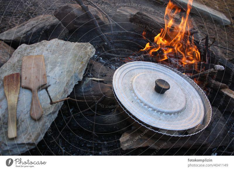 Lagerfeuer mit Pfanne und Kochgeschirr kochen Feuer Feuerstelle Flamme kochen & garen Kochlöffel Abenteuer abenteuerlich wild urig Camping ursprünglich