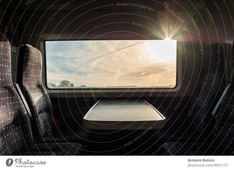 Blick aus dem Inneren eines englischen Hochgeschwindigkeitszuges, Reise zum Ziel mit niemandem an Bord. Züge leer während Großbritannien Pandemie Lockdown. Blick auf die harte Morgensonne außerhalb des Fensters