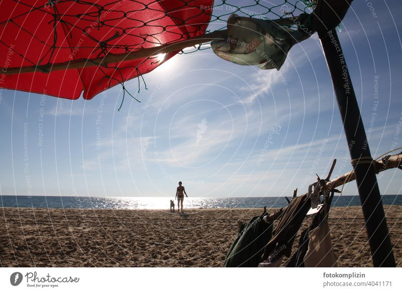 Strandleben Sonnenschutz Strandurlaub Strandspaziergang Ferien & Urlaub & Reisen Sommerurlaub Erholung frei Urlaubsstimmung Frau Hund Silhouette Sonnenschirm